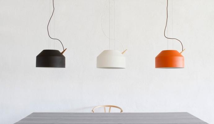 Designerskie lampy Reeno w kolorze czarnym, białym oraz pomarańczowym.