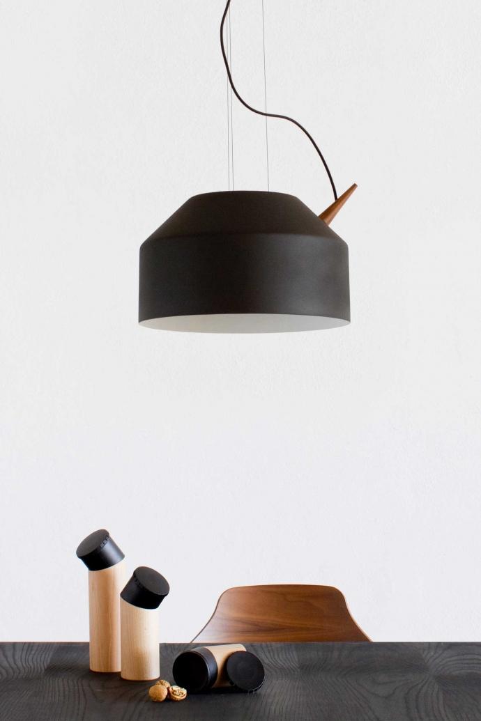 Designerska lampa Reeno w kolorze czarnym.