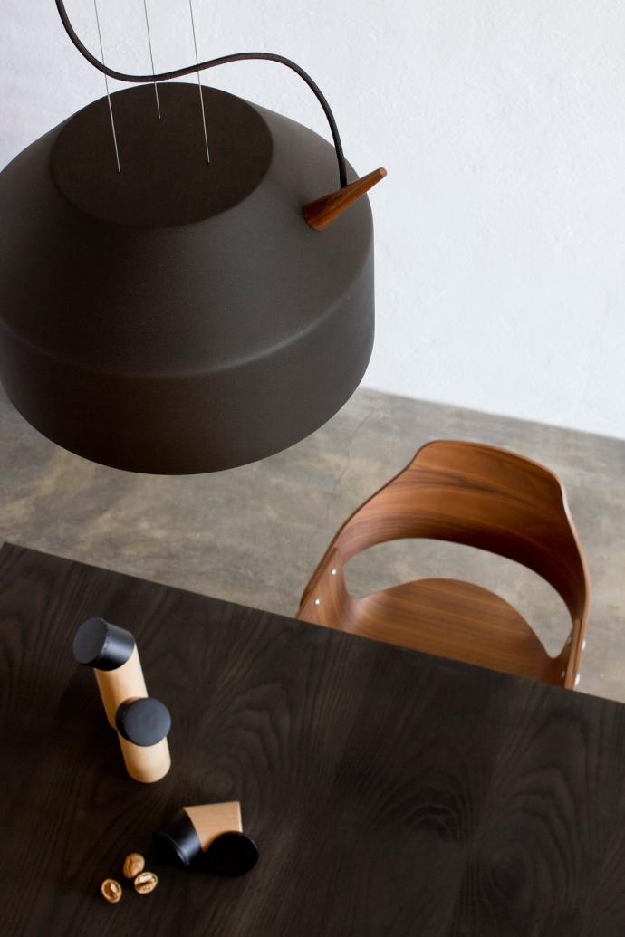 Designerska lampa wisząca Reeno w kolorze czarnym.