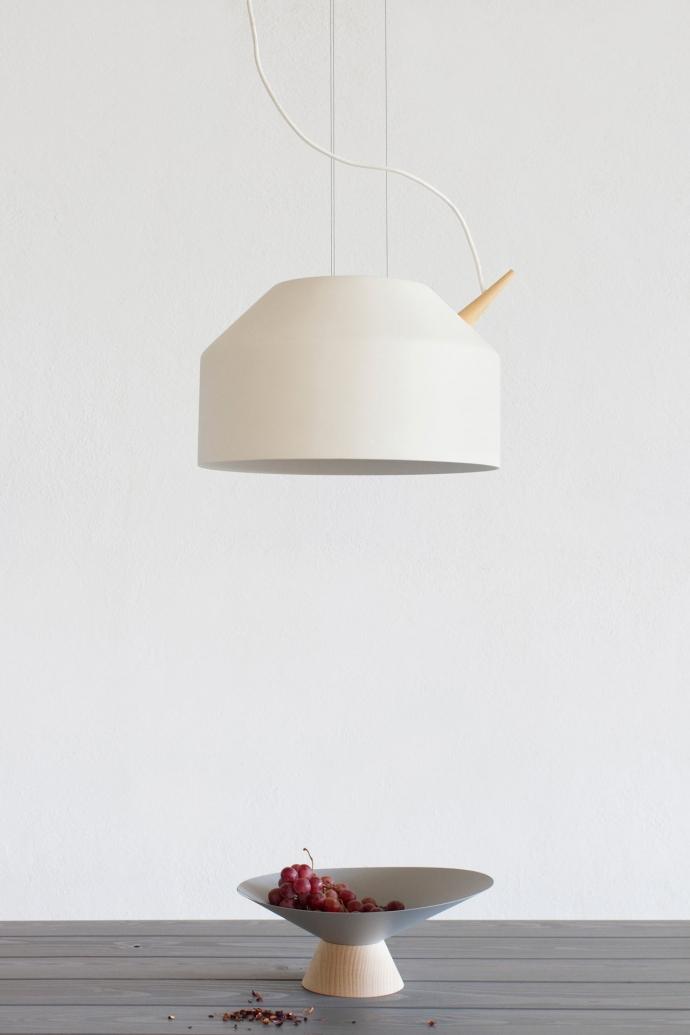 Designerska lampa wisząca Reeno w kolorze białym.
