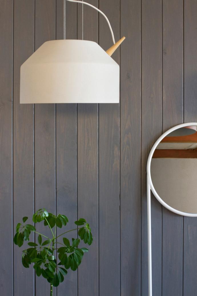 Designerska lampa Reeno w kolorze białym.