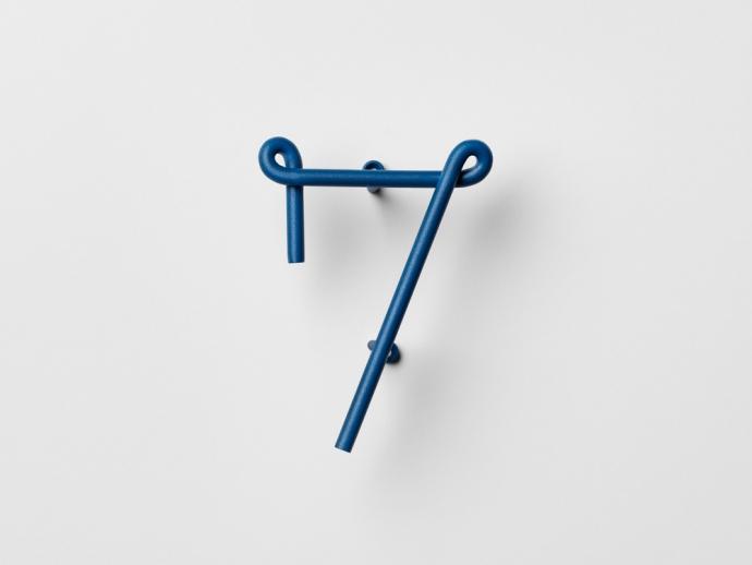Designerski numer siedem Wire Number w kolorze niebieskim.