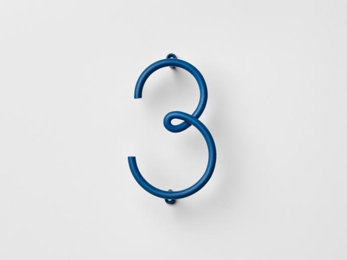 Designerski numer trzy Wire Number w kolorze niebieskim.