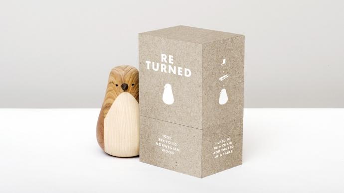 Ptak Re-Turned z drewna z opakowaniem.