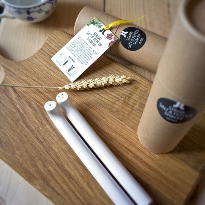 Designerska solniczka i pieprzniczka Straw w kolorze białym.