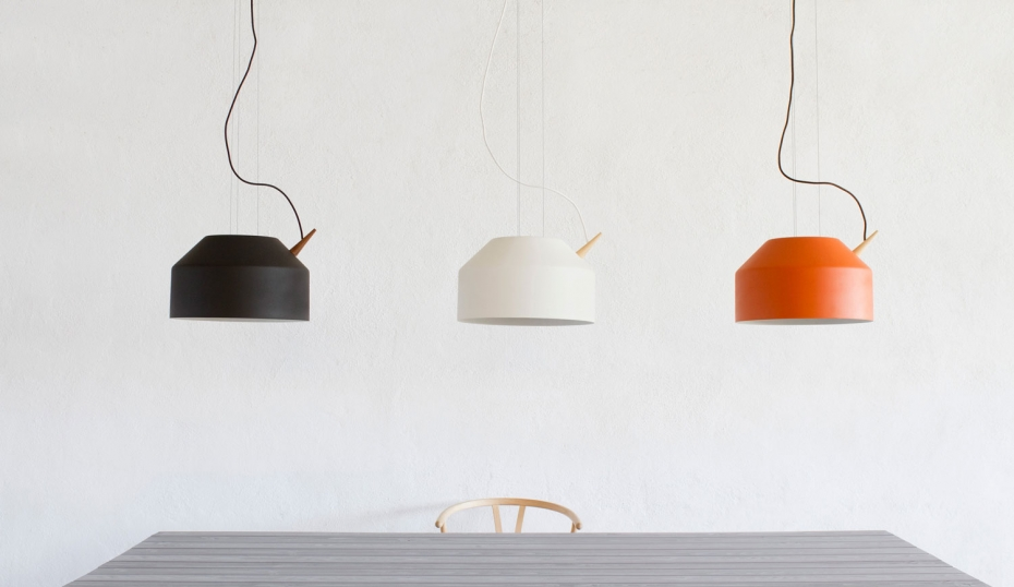 Nowoczesne oświetlenie Reeno w kolorze czarnym, białym oraz pomarańczowym.