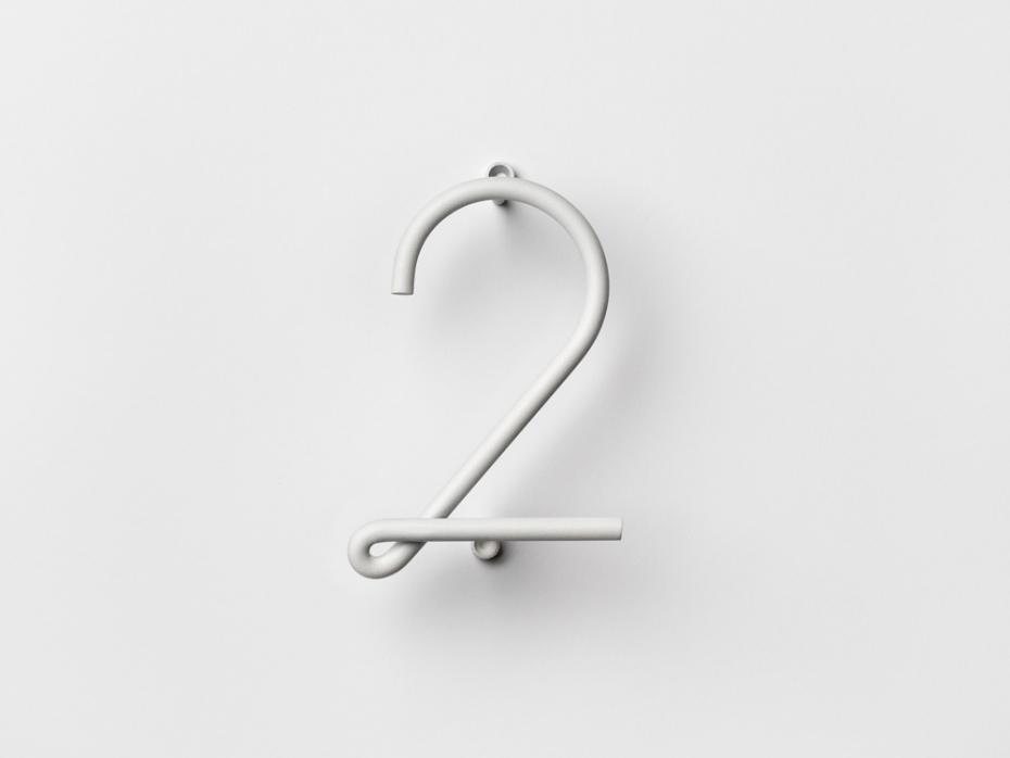 Designerski numer dwa Wire Number w kolorze białym.