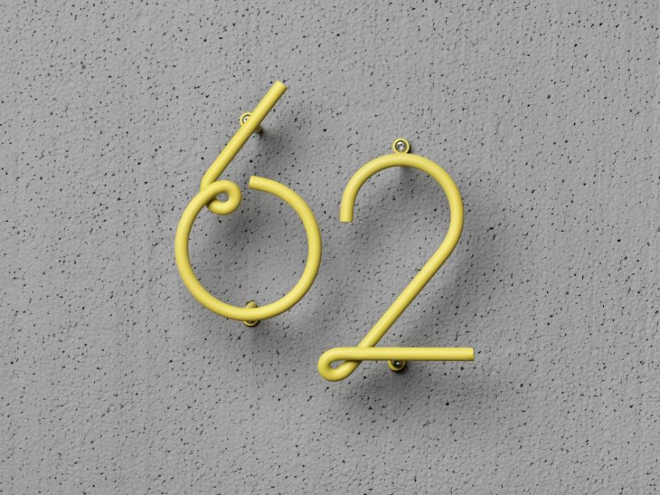 Designerskie numery sześć i dwa Wire Number w kolorze żółtym.