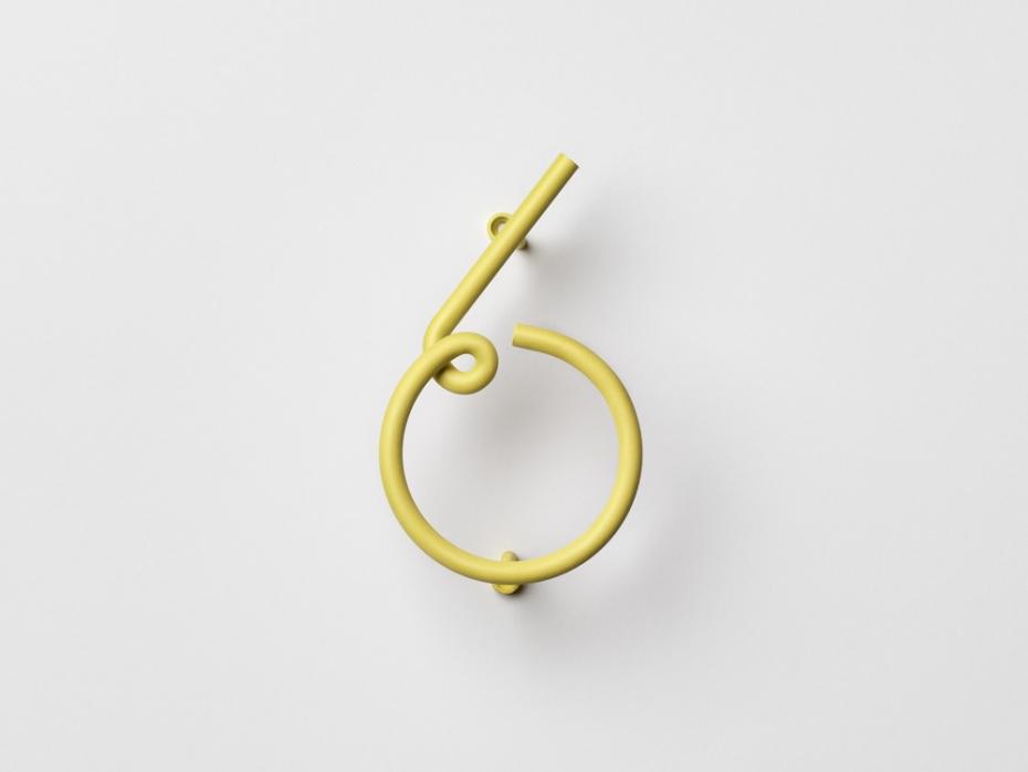 Designerski numer sześć Wire Number w kolorze żółtym.
