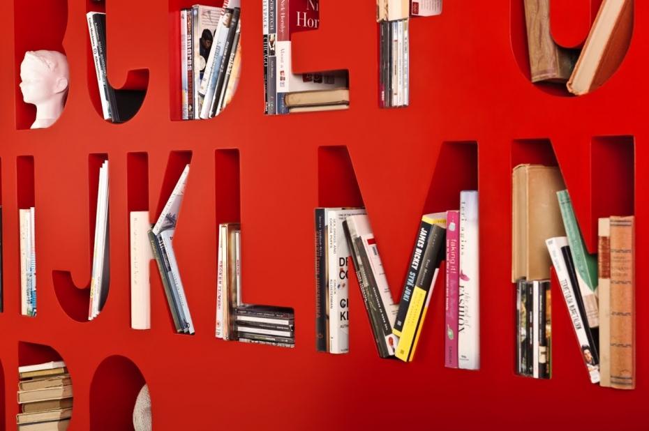 Designerski regał na książki AAKKOSET w kolorze czerwonym.