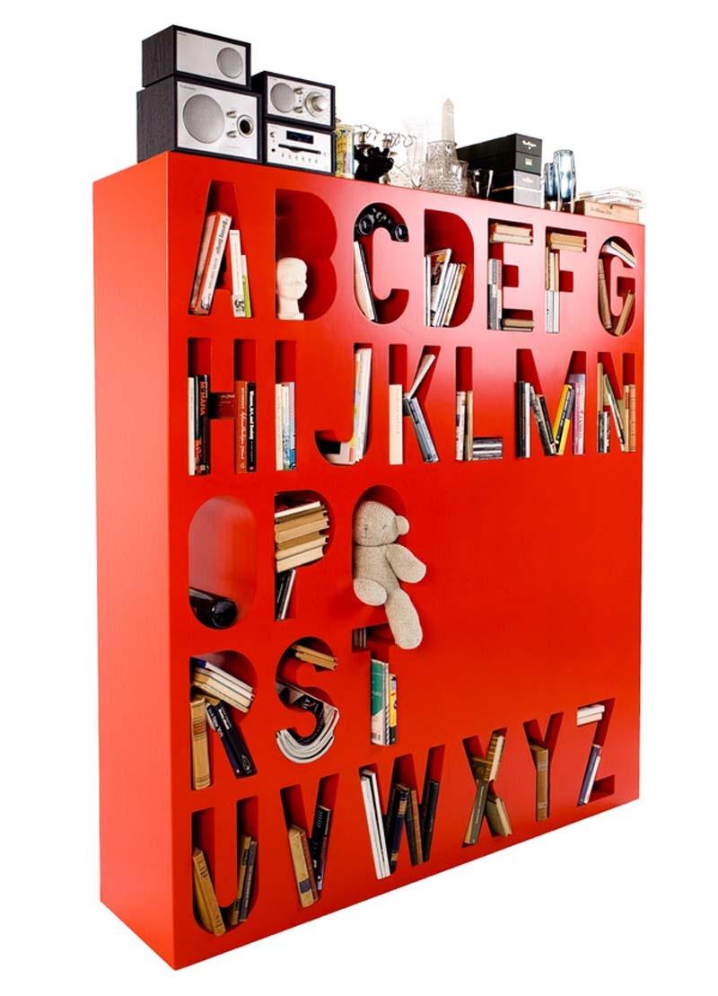 Designerski regał AAKKOSET w kolorze czerwonym.